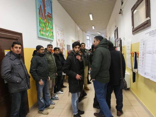 I pakistani si recano a votare