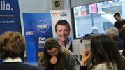 I risultati delle regionali attesi a Milano, in corso Buenos Aires (Newpress)