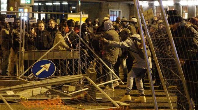 I vandalismi alla stazione (Giuseppe Cabras / New Press Photo)