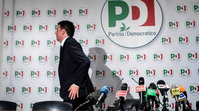 Matteo Renzi lascia la conferenza dopo il flop alle elezioni 2018 (Lapresse)