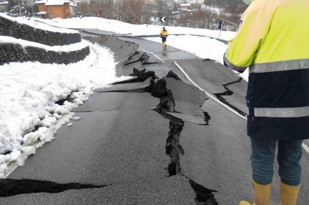 L'asfalto è distrutto (foto Marchi)