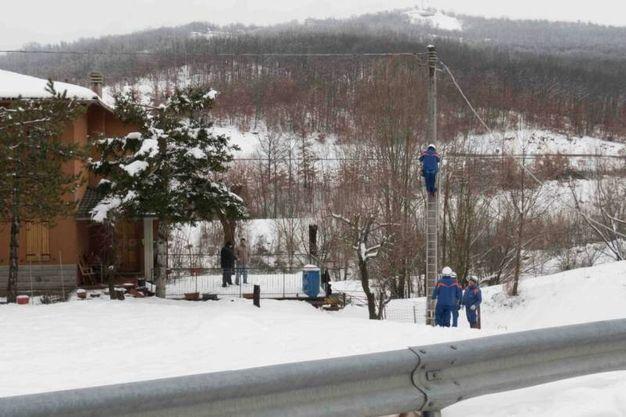 I tecnici al lavoro sui cavi (foto Marchi)