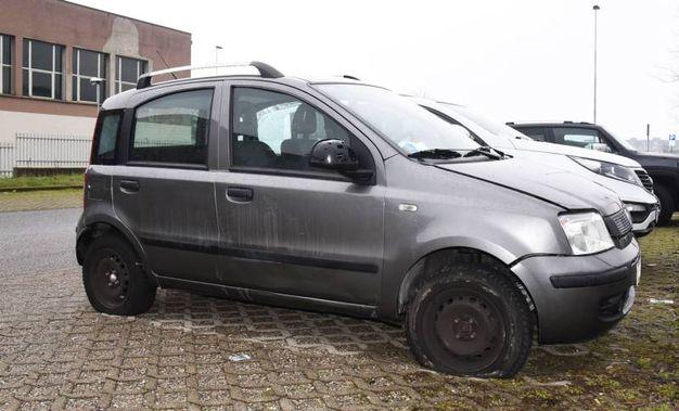 L'auto del prof danneggiata dall'esplosione di una bomba carta