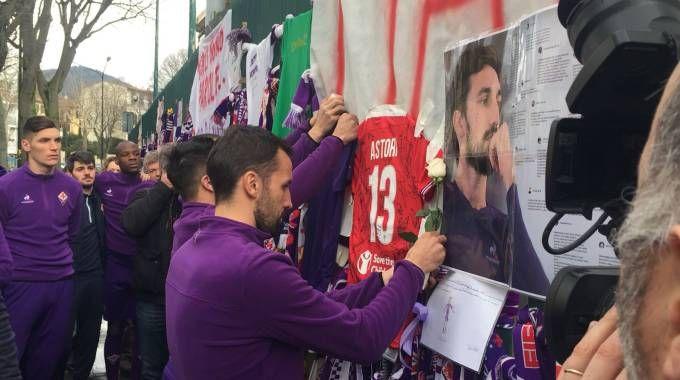 Il tributo della squadra a Davide Astori fuori dallo stadio