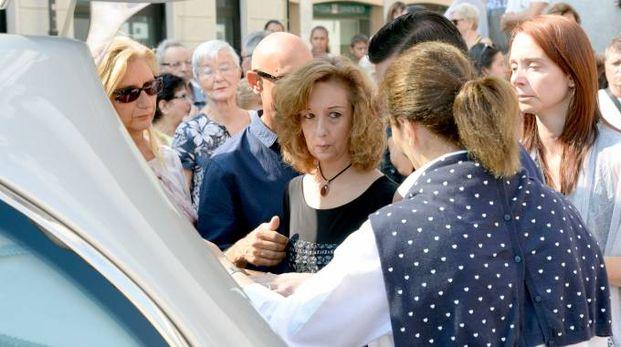 Al centro Stefania Ripoldi al funerale della mamma