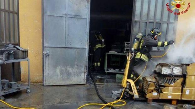 L'intervento dei vigili del fuoco a Ternate