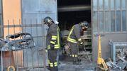 Vigili del fuoco nel capannone (Newpress)