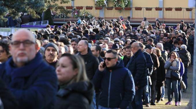 I tifosi in fila a Coverciano (foto Germogli)