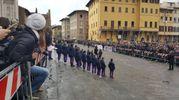 Centinaia di persone in piazza Santa Croce per l'ultimo saluto a Davide Astori