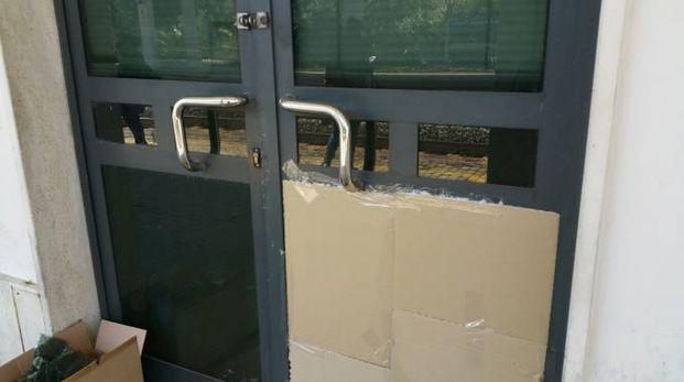 La vetrata rotta nella stazione di Porto San Giorgio (Foto Zeppilli)
