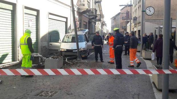 La Renault Espace dei fuggitivi si è schiantata contro un palo in via Cavour