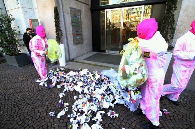 Blitz con sacchi di rifiuti sotto il Palazzo dell'Informazione