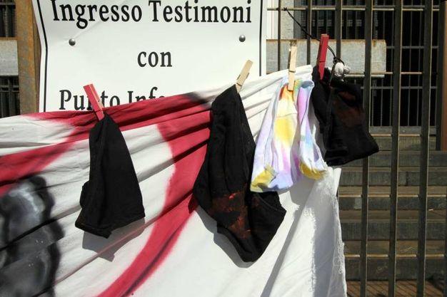 Blitz con striscione davanti al tribunale (foto Newpress)