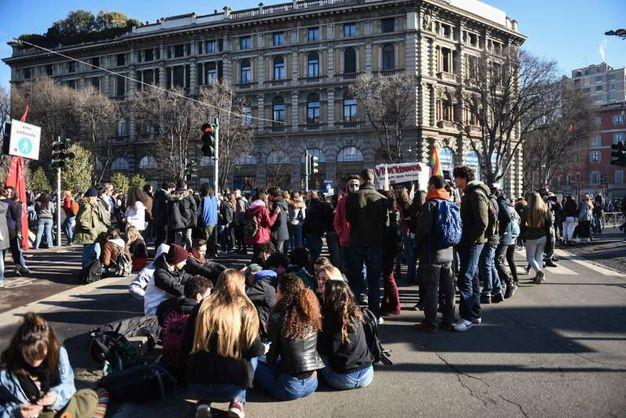 Corteo Lottomarzo, studenti in piazza Cairoli (foto Lapresse)