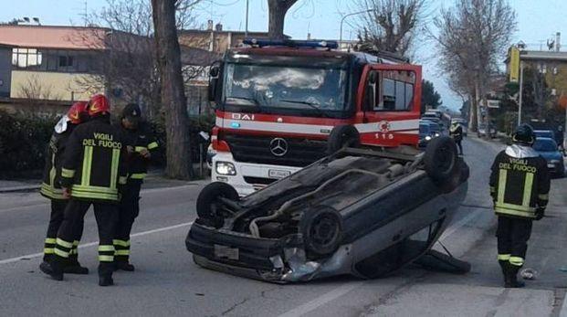 L'auto ribaltata a Falconara (Foto Pascucci)