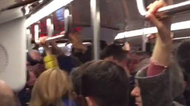 Il vandalismo dei tifosi inglesi in metropolitana