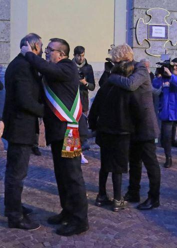 L'abbraccio tra il sindaco e i familiari (De Pascale)