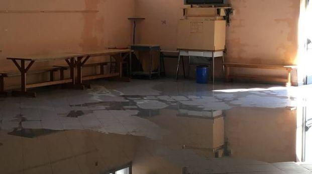 Un'aula scolastica allagata (foto archivio)