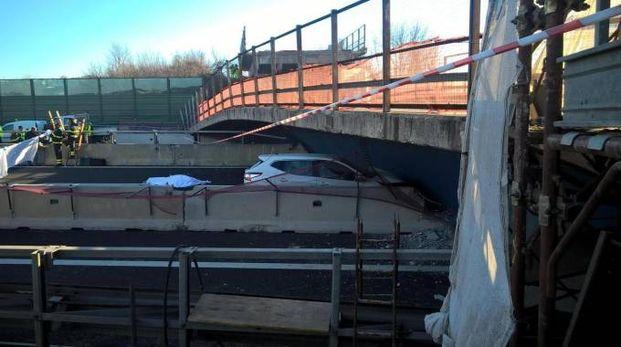 L'auto sotto il ponte sull'A14