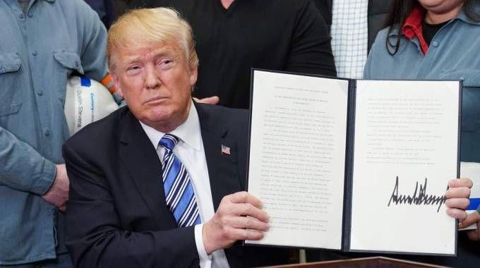 Donald Trump firma il provvedimento sui dazi (Lapresse)
