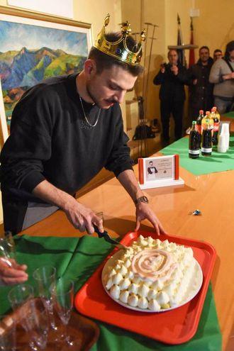 Simone Scipioni taglia la torta che gli hanno preparato (Foto De Marco)