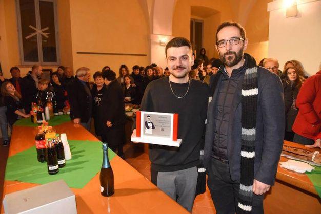 La consegna della targa a Simone Scipioni, vincitore di MasterChef7 (foto De Marco)