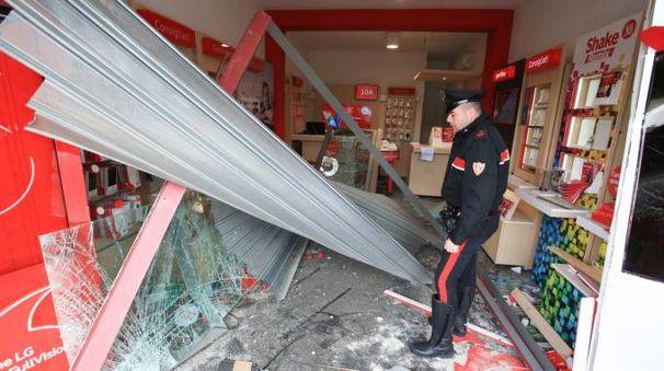 Il sopralluogo in uno dei negozi di Scandicci derubati (foto Germogli)