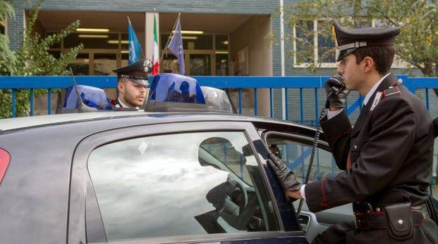 I carabinieri stanno cercando il rapinatore