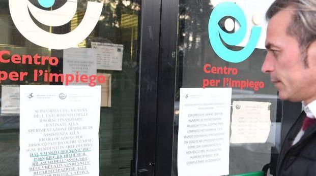 Il cartello esposto al Centro per l'impiego di Lucca