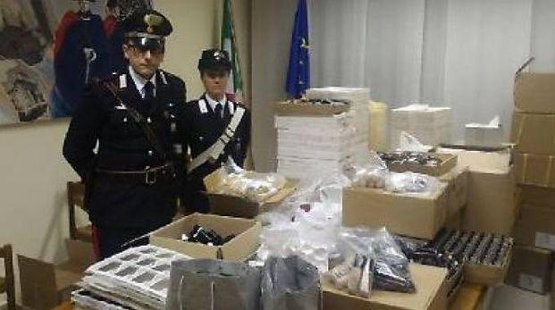 I carabinieri con i cosmetici recuperati