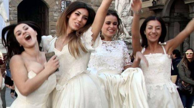 Delle donne vestite da spose
