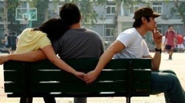 Due persone si stringono le mani