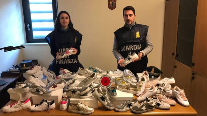 False griffe, sequestrate 5mila scarpe contraffatte tra Bologna e Fermo