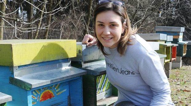ATTENZIONI Serena Baschirotto accanto a un'arnia. A soli 28 anni è una delle più giovani imprenditrici attive nel Milanese