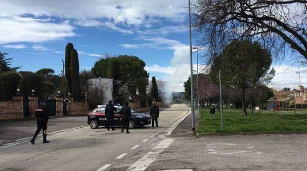 I carabinieri davanti alla villa dove è stato trovato l'ordigno (foto Cellini)