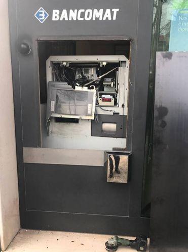 Il bancomat dopo l'assalto (foto Mascellani)
