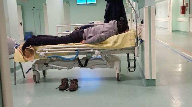 La foto di un senzatetto al pronto soccorso scattata dal segretario della Lega