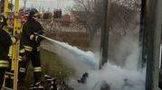 I vigili del fuoco al lavoro nei pressi della stazione ferroviaria
