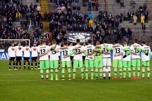 """Stadio """"Alberto Picco"""" nella foto: minuto di raccoglimento per la scomparsa di Astori (Photo LaPresse"""