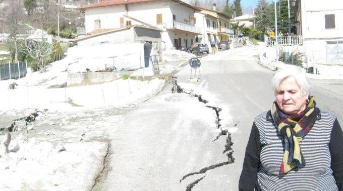 Una residente a Rontagnano (Sogliano) sconsolata sulla provinciale 11 crepata