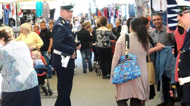 Polizia locale varesina fra i banchi in piazzale Kennedy