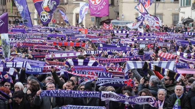 La folla in piazza Santa Croce per i funerali di Astori (foto Cabras/New Pressphoto)