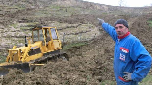 Il proprietario dell'azienda agricola Giovanni Daga mostra la frana