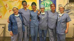 Diletta Vitali e Jasmin Fuhr, specialiste in chirurgia plastica ed estetica, con l'equipe