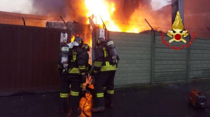 Incendio in una cartiera a Cologno Moznese