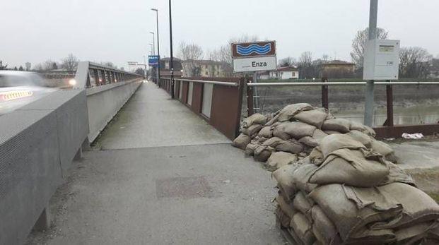 Sacchi di sabbia sul ponte a Sorbolo