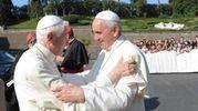 L'abbraccio fra i due papi (23 marzo 2013)