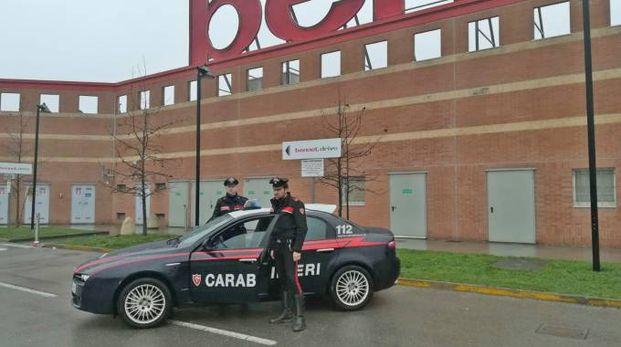 I carabinieri nel parcheggio del Bennet