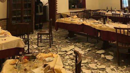 I pezzi di intonaco crollati nella sala