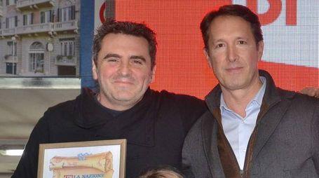 Il caposervizio della redazione, Remo Santini, consegna il premio Valleroni